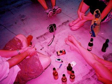 Co zrobić gdy dziecko sięga po alkohol i jak temu zapobiec - to temat najbliższego spotkania Strefy Rodzica (fot. foter.com)