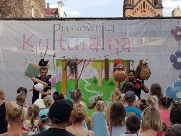 """Kolejny bezpłatny spektakl w ramach """"Letniego Podwórka Teatralnego"""" odbędzie się 16 lipca (fot. FB Piaskownica Kulturalna)"""