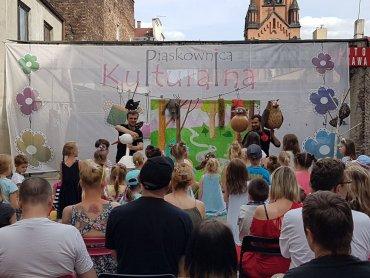 """Kolejny bezpłatny spektakl w ramach """"Letniego Podwórka Teatralnego"""" odbędzie się 20 sierpnia (fot. FB Piaskownica Kulturalna)"""