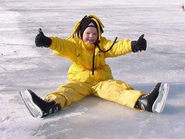 Z łyżwiarskiej szkółki skorzystają dzieci, które dopiero zaczynają przygodę z łyżwami i te, które chcą doskonalić technikę (fot. foter.com)