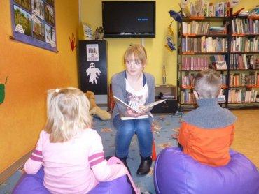 """Bibliotekarze z żorskiej biblioteki zapraszają dzieciaki w każdy czwartek na """"Bajkowe Godziny"""" (fot. mat. organizatora)"""