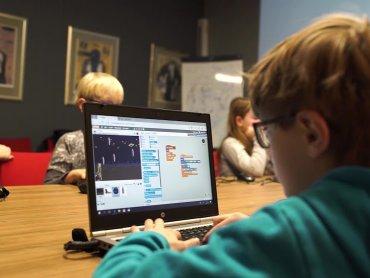 Podczas warsztatów dzieci poznają takie programy, jak: Scratch, Kodu czy AppInventor, starsi - C# i Visual Studio (fot. mat. organizatora)