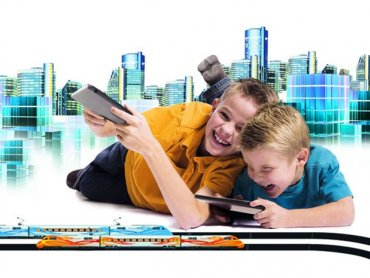Zabawa kolejką to ciekawy sposób na wspólne, rodzinne spędzenie wolnego czasu (fot. materiały www.mojswiatmodeli.pl)