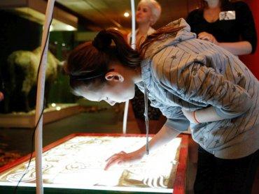 Tworzenia obrazów za pomocą piasku naczuczą się dzeci na warsztatach w Muzeum Górnośląskim (fot. Witalis Szołtys)