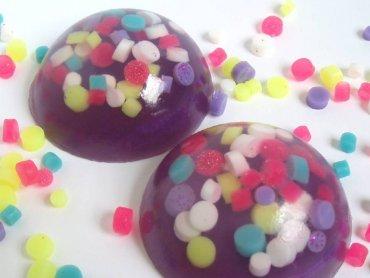 Na warsztatach z zestawami Science4You dzieci wykonają m.in. mydełka (fot. foter.com)