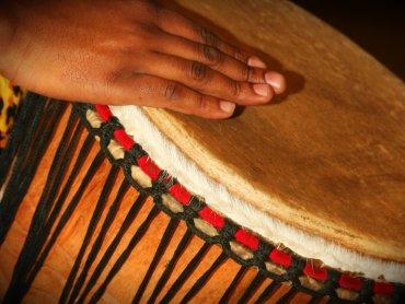 Warsztaty bębniarskie to okazja do poznania innych kultur i ich muzyki (fot. foter.com)
