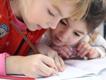 Świadczenie 300 zł ma być przeznaczone na materiały edukacyjne dzieci (fot. pixabay)