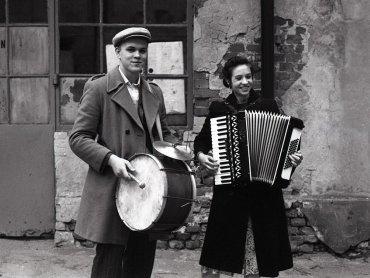 Dla muzyki wiek nie gra roli - i dorośli i dzieci chętnie poznają miejski folklor (fot. materiały Warszawskiego Duetu Sentymentalnego)