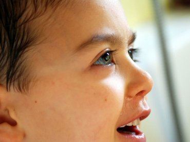 Jakie kosmetyki warto zastosować przy skórnych problemach dziecka? (fot. foter.com)