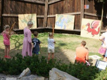 Jak wyglądało życie w średniowieczu dowiedzą się dzieci z zabaw przygotowanych w Warowni Pszczyńskich Rycerzy (fot. mat. organizatora)