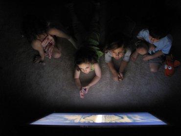 O wpływie mediów na rozwój mowy dziecka będzie można posłuchać w Miejskiej Biliotece Publicznej w Dąbrowie Górniczej (fot. foter.com)
