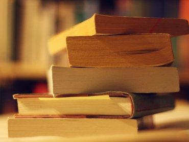 Wsród książek na kiermaszu w MBP w Dąbrowie Górniczej każdy znajdzie coś dla siebie (fot. foter.com)