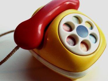 Rozmowa telefoniczna młodych mam to czasem duże wyzwanie (fot.sxc.hu)
