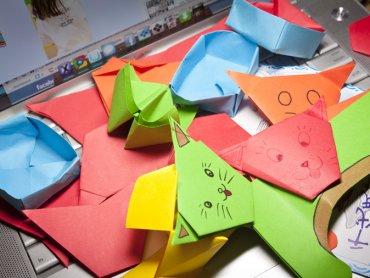 Tworzenie kolorowego origami to świetne ćwiczenie motoryczne i kreatywna zabawa (fot. foter.com)
