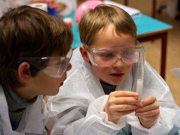 W trakcie spotkania dzieci poznają tajemnice świata poprzez eksperymenty (fot. foter.com)