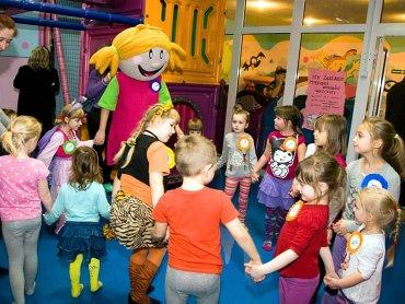 Dzieci uwielbiają zabawy z Lizzy (fot. materiały sali zabaw Lizzy)