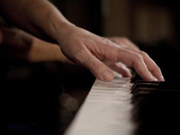 Dźwięki fortepianu będą towarzyszyć baśniowym historiom (fot. foter.com)