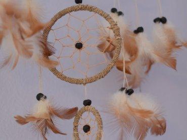 Wykonując łapacze snów dzieci dowiedzą się o pochodzeniu tych amuletów (fot. foter.com)