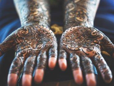 Mehndi to tradycjne indyjskie wzory malowane henną na ciele (fot. foter.com)