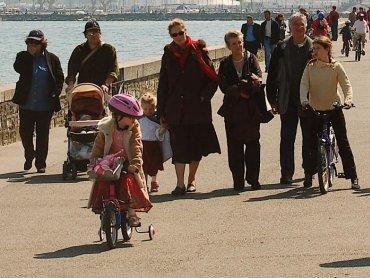 Spacer z dziećmi to okazja do poznania innych rodziców i wymiany doświadczeń (fot. sxc.hu)