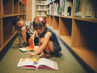 Porozmawiać o książkach i stworzyć swoją własną będzie można na warsztatach w Klubie Zielonej Żyrafy (fot. foter.com)