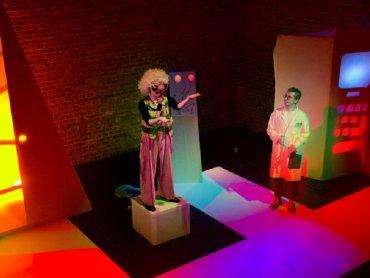 Niedzielny spektakl wzbogacą niespodzianki przygotowane z okazji Dnia Dziadka (fot. Teatr Gry i Ludzie)