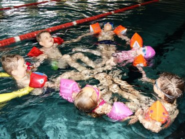 Warto w wakacje zapisać pociechę na kurs pływania (fot. materiały pływalni)