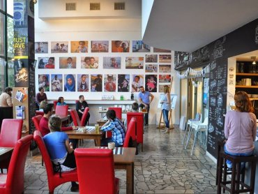 Klubokawiarnia Aquarium mieści się w Galerii Bielskiej BWA (fot. archiwum zdjęć kawiarni na Facebooku)