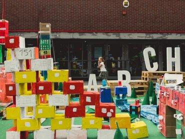 Dzieci wraz z architektami zbudują logo Katowic z odpadów (fot. mat. organizatora)