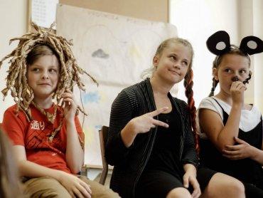 """Dzieci podczas spotkań w ramach programu """"Lato w Teatrze"""" wymyślały fikcyjne wyspy i improwizowały spotkania z ich mieszkańcami (fot. mat. organizatora)i"""