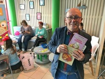 Na otwarcie Zaczytanej Biblioteki w chorzowskim szpitalu przyjechał Artur Barciś (fot. mat. prasowe)
