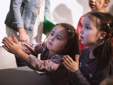 Podczas spotkania dzieci stworzą obrazy na szkle (fot. mat. organizatora)