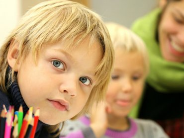 Dziecku z ASD pomogą proste ćwiczenia, które ułatwią funkcjonowanie w szkole (fot. mat. pixabay)