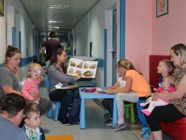 Dla małych pacjentów bajkoterapia to prawdziwa chwila zapomnienia o chorobie. (fot. GCZD)