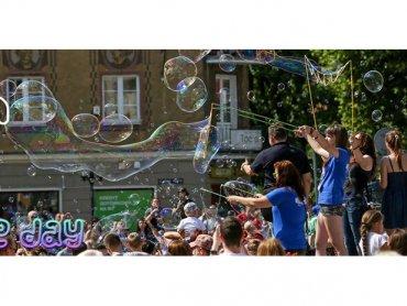 Puszczanie baniek mydlanych to zabawa sprawiająca frajdę i dzieciom, i dorosłym (fot. mat. organizatora)