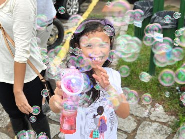Odrobina wody, trochę płynu do mycia naczyń i uśmiech dziecka gwarantowany (fot. foter.com)