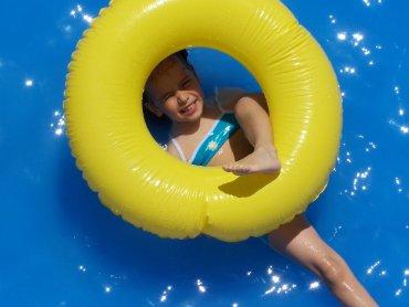 Ważne, by przekazać dziecku jakich zasad na basenie należy przestrzegać, ale forma tego przekazu też jest istotna (fot. sxc.hu)