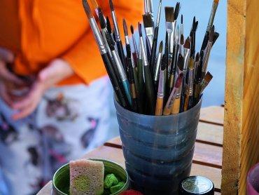 Na warsztatach w Piaskownicy Kulturalnej dzieci poznają technikę dekupażu (fot. pixabay)