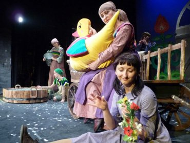 """""""Brzydkie kaczątko"""" to spektakl przygotowany w ludowej scenografii (fot. mat. Teatr Dzieci Zagłębia)"""
