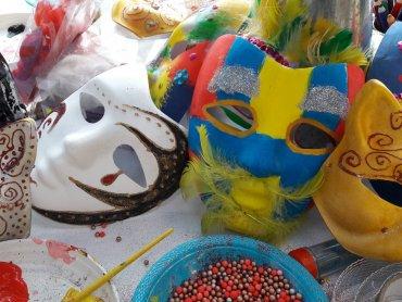 Podczas warsztatów karnawałowych dzieci ozdobią utwardzone szablony masek (fot. mat. C.H. Auchan)
