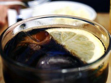 Rodzice często poją dzieci colą i innymi gazowanymi napojami (fot. sxc.hu)