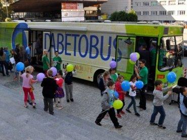 Specjalny autobus, w którym będzie można się bezpłatnie zbadać, stanie na pl. Długosza w Raciborzu (fot. Europejska Klinika Cukrzycy)