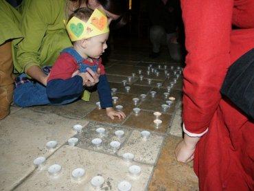Dzieci podczas spotkania w Warowni Pszczyńskich Rycerzy ułożą napisy ze świeczek i stworzą drzewo genalogiczne (fot. materiały Warowni Pszczyńskich Rycerzy)