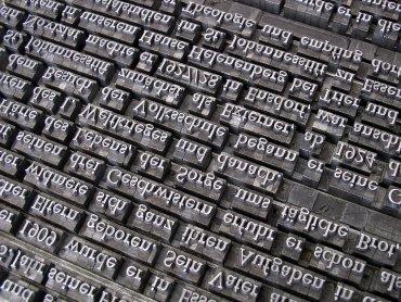 Uczestnicy warsztatów, organizowanych przez MBP w Dąbrowie Górniczej, przygotują wielkoformatową gazetkę biblioteczną (fot. pixabay)