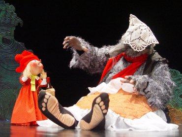 Czerwony Kapturek w wykonaniu Teatru Lalek Banialuka (fot. mat. organizatora)