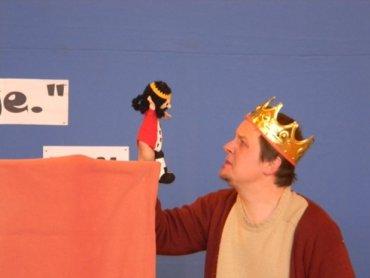 W ramach Czwartków z teatrem dla dzieci w klubie Wilkowyje dzieci poznają biografię niektórych świętych (fot. mat. MCK Tychy)