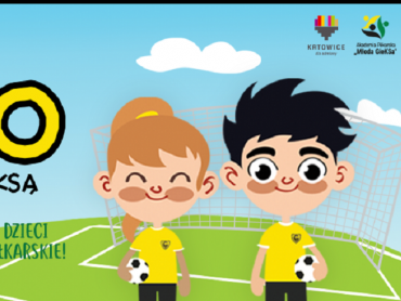 Najmłodsi poćwiczą grę w piłkę nożną pod okiem trenera (fot. mat. organizatora)