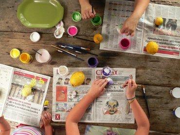 Na warsztatach dzieci ozdobią deski do krojenia, łyżki i łopatki kuchenne (fot. mat. pixabay)