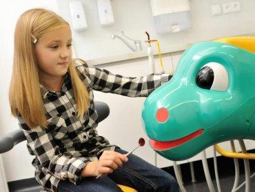 Kolorowe plomby czy fotele w kształcie bajkowych postaci to tylko niektóre atrakcje, jakie czekają na dzieci w niektórych gabinetach stomatologicznych (fot. materiały Dentim Kids)