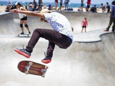 Uczestnicy zajęć poznają różne techniki jazdy na deskorolce, rolkach czy hulajnodze (fot. pixabay)